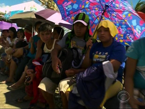Filipinos wait in lines