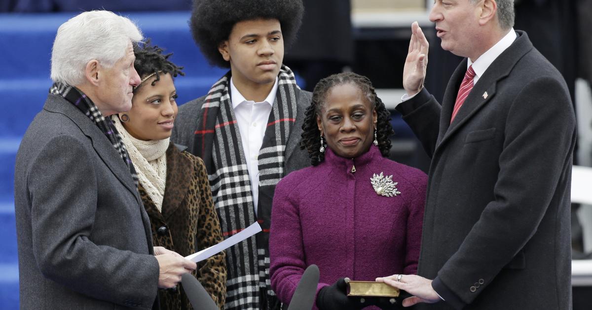 Clinton formally swears in de Blasio as NYC mayor