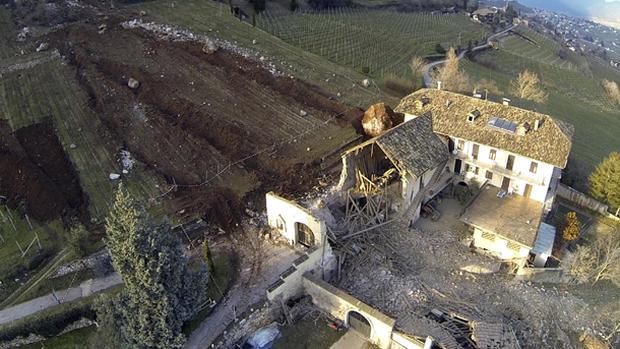Boulder nearly destroys Italian farmhouse