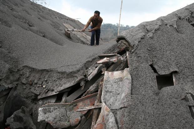 Eruption blankets Java in ash