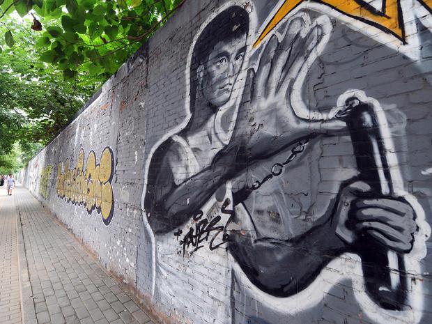 bruce-lee-mural-103035201.jpg
