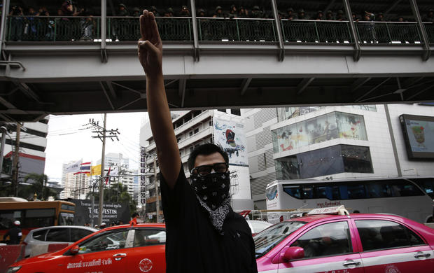 Thai protestors use Hunger Games hand gesture