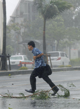 Typhoon sweeps into Japan
