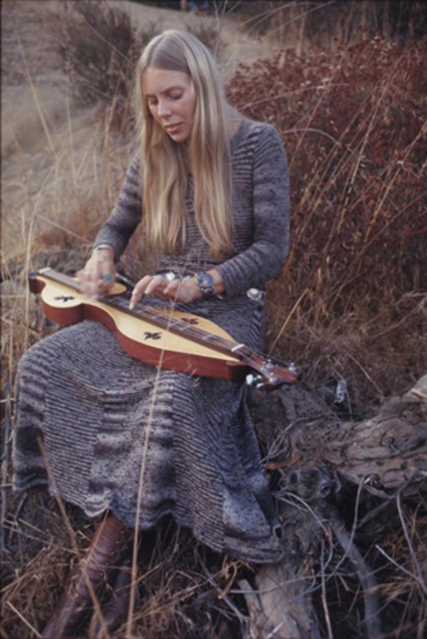 henry-diltz-joni-mitchell-dulcimer-sept-29-1970.jpg