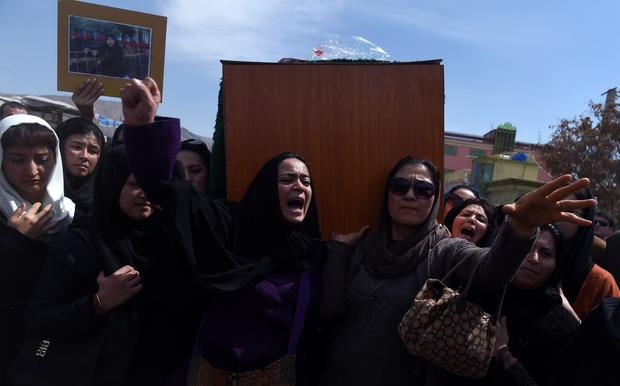Independent Afghan civil society activist women carry the coffin of Farkhunda, 27, who was lynched by an angry mob in central Kabul