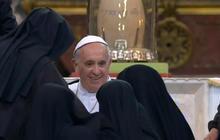Starstruck nuns mob Pope Francis