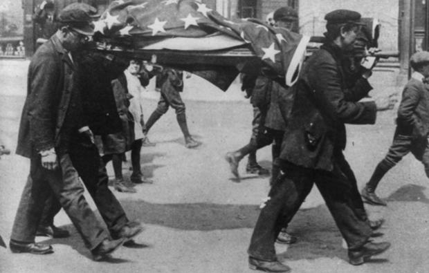 lusitania-american-victim-covered-by-flag.jpg