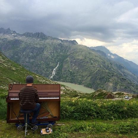 The wandering piano man