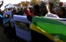 Family infighting as Mandela remains hospitalized