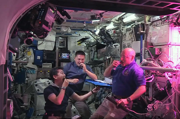 astronauts-space-grown-lettuce.jpg