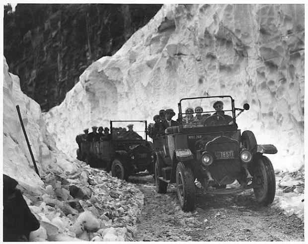 glac-first-buses-over-logan-pass-highway-1933.jpg