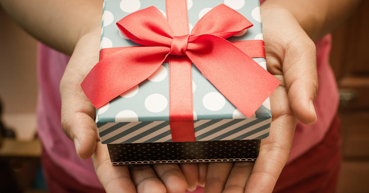 Gift-giving at work: Do's and don'ts - CBS News