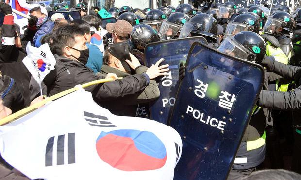 2017-03-10t052525z-693951994-rc129c34cc30-rtrmadp-3-southkorea-politics.jpg