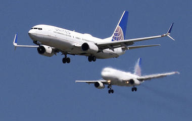 United jets to big profit, and other MoneyWatch headlines