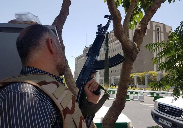 iran-bomb-5-police-with-gun-near-parliament.jpg