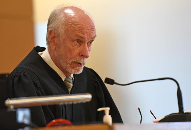 texting-judge.jpg