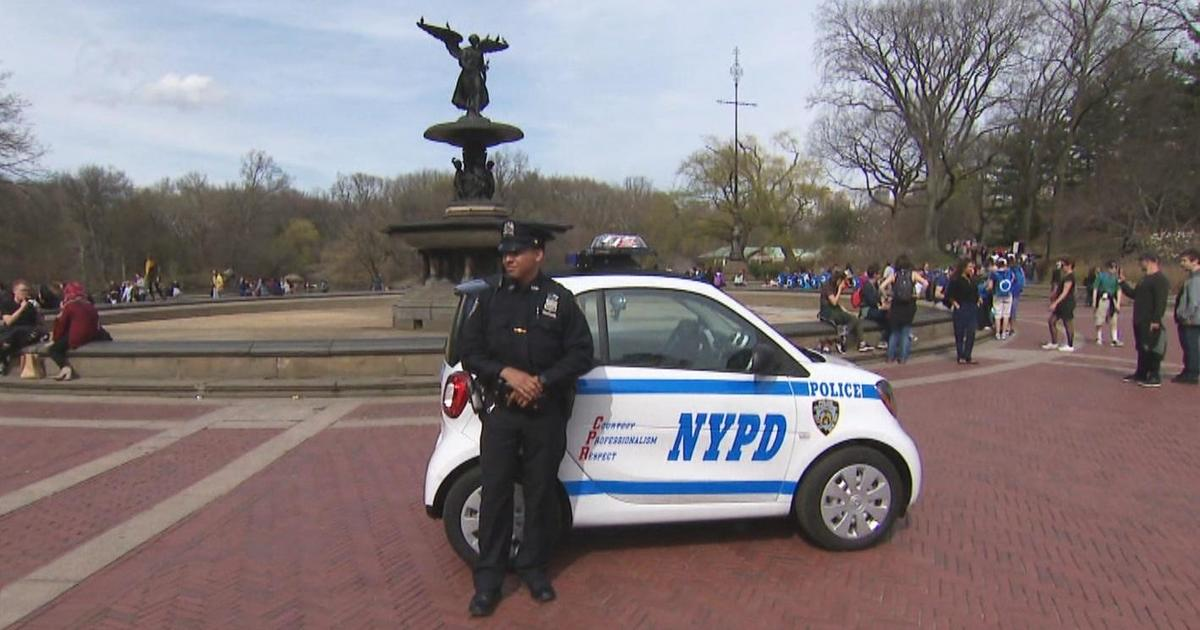 Nypd S Kissable And Huggable Smart Cars Receive Flood Of Attention Cbs News