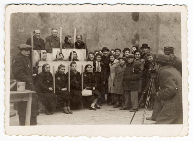 lodz-ghetto-05-henryk-ross-photographing-for-identification-cards-jewish-administration-statistics-department-henryk-ross.jpg