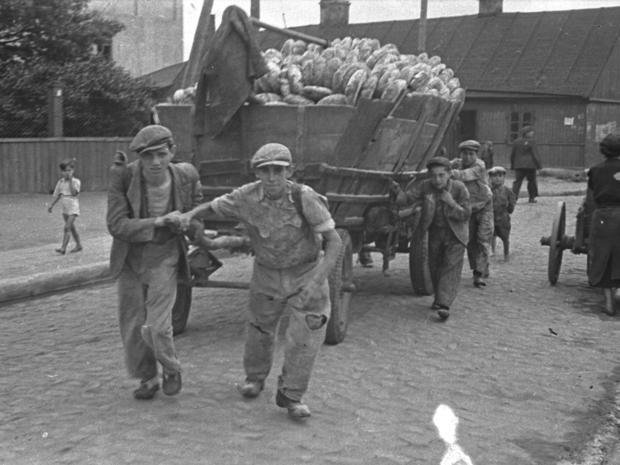 lodz-ghetto-10-men-hauling-a-cart-for-bread-distribution-henryk-ross.jpg