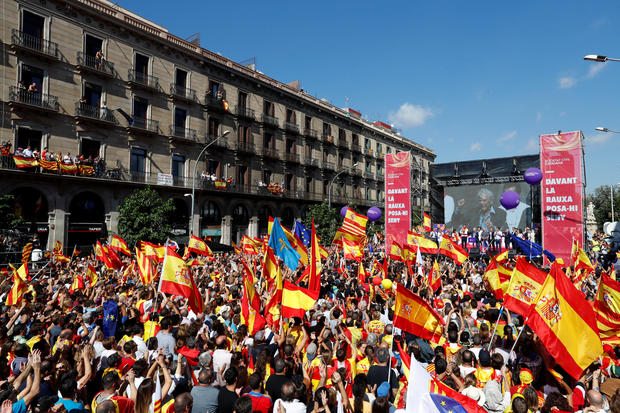 Peruvian literature Nobel Laureate Mario Vargas Llosa addresses a pro-union demonstration organised by the Catalan Civil Society organisation in Barcelona