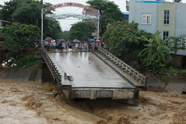 TOPSHOT-VIETNAM-DISASTER-FLOOD-LANDSLIDE