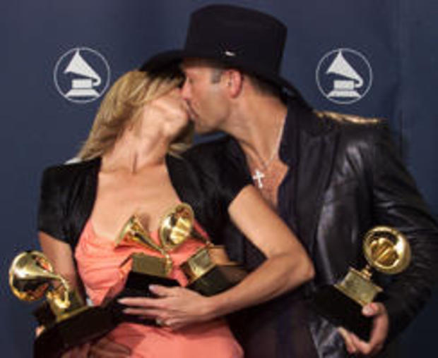 FAITH HILL AND TIM MCGRAW KISS BACKSTAGE AT THE GRAMMY AWARDS