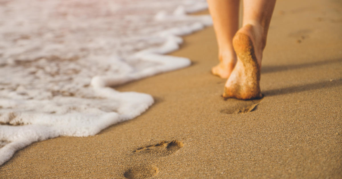 Couple gets parasitic hookworms in feet on beach vacation - CBS News