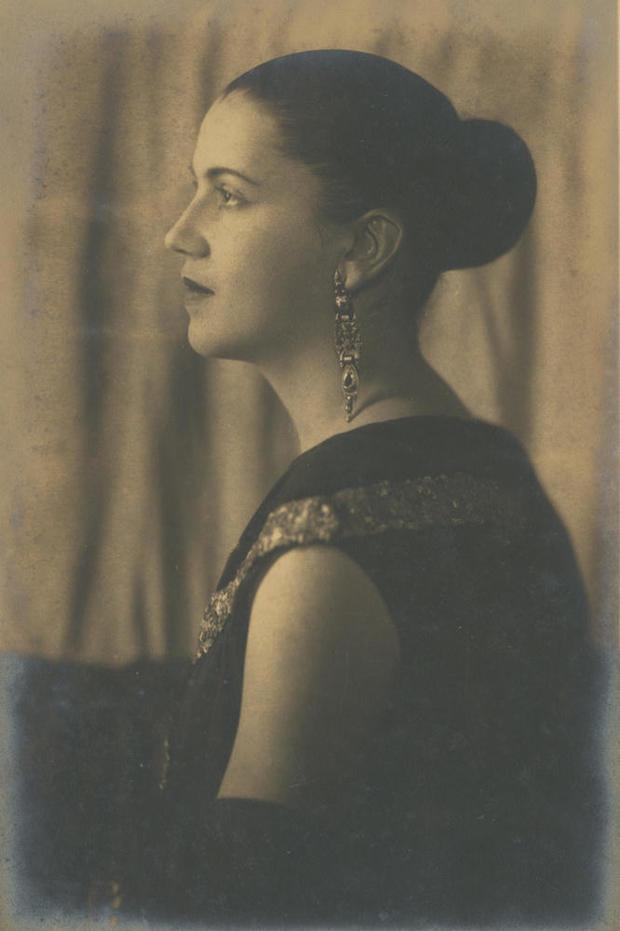 tarsila-gallery-portrait-mid-1920s.jpg