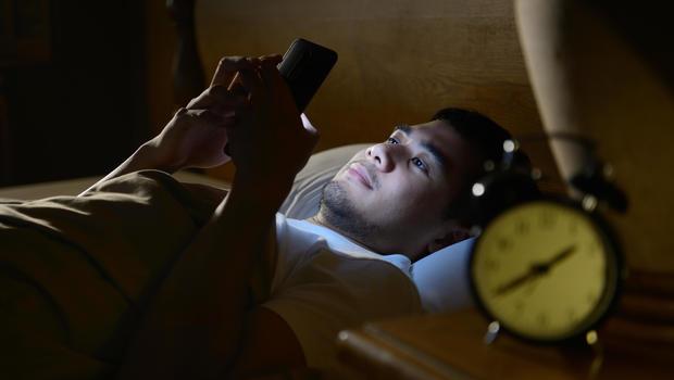 手機藍光係失眠元兇?美研究:睡前玩手機令記性變差甚至加速老化