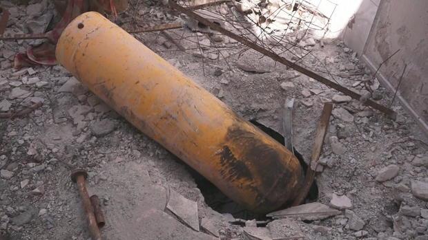 Uno dei cilindri esplosivi rinvenuto sul luogo dell'attacco chimico a Douma del 7 aprile 2018. Credits to: CBS.