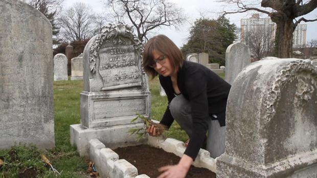 grave-garnevers-the-woodlands-elizabeth-womack-tends-grave-620.jpg