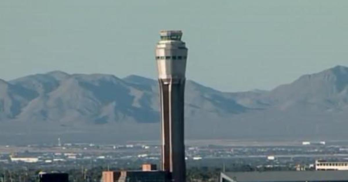 El controlador del aeropuerto de Las Vegas escuchó sus palabras mientras los alarmados pilotos responden