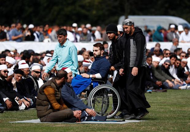 Orang-orang menghadiri sholat Jumat di Hagley Park di luar masjid Al-Noor di Christchurch, Selandia Baru 22 Maret 2019.