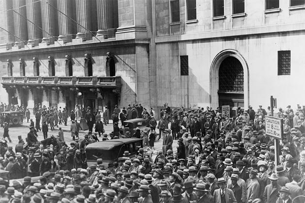 crowds-outside-new-york-stock-exchange-on-october-28-1929-loc-620.jpg