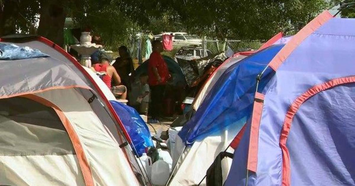 """Tent courts"" open along southern U.S. border"
