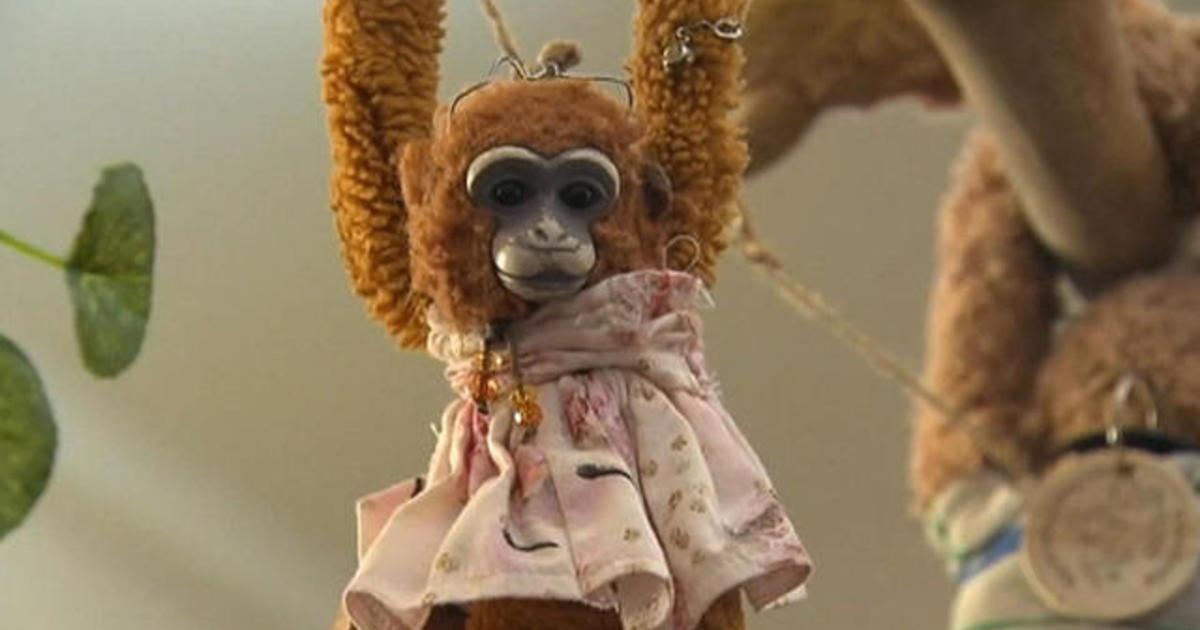 Queen returns toy monkey lost in Buckingham Palace to Australian girl