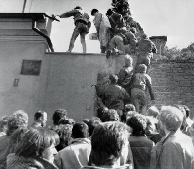 berlin-wall-prague-ap-891003054.jpg