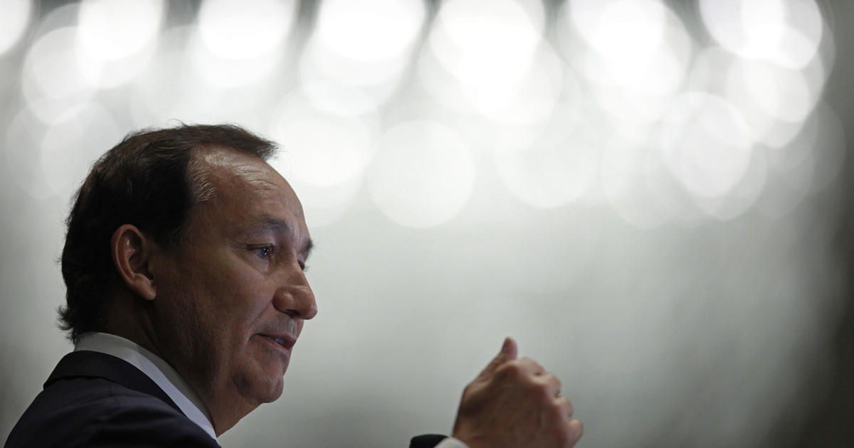 United Airline's Oscar Munoz to step down as CEO