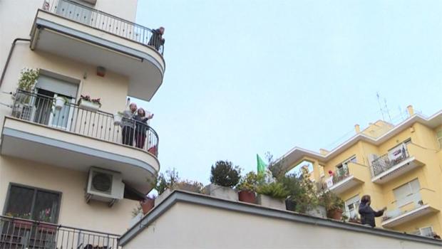 italians-in-lockdown-join-in-song-620.jpg