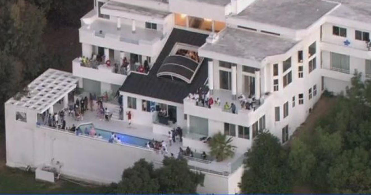 Person Shot Dead 2 Wounded At Crowded La Mansion Party Cbs News