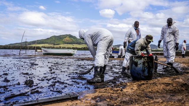 TOPSHOT-MAURITIUS-ENVIRONMENT-DISASTER-OIL