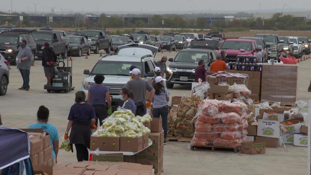 san-antonio-food-bank-cars-lined-up-620.jpg