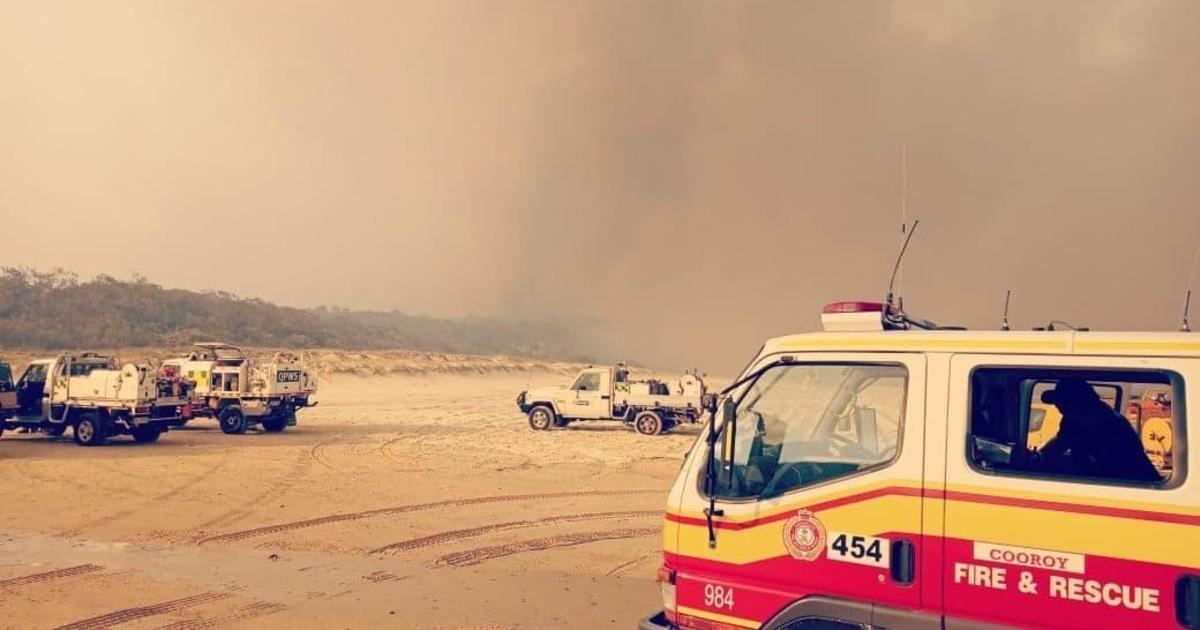 Bushfire rips through world's largest sand island as heat wave grips Australia