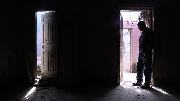 Silueta de hombre en casa dañada en Honduras