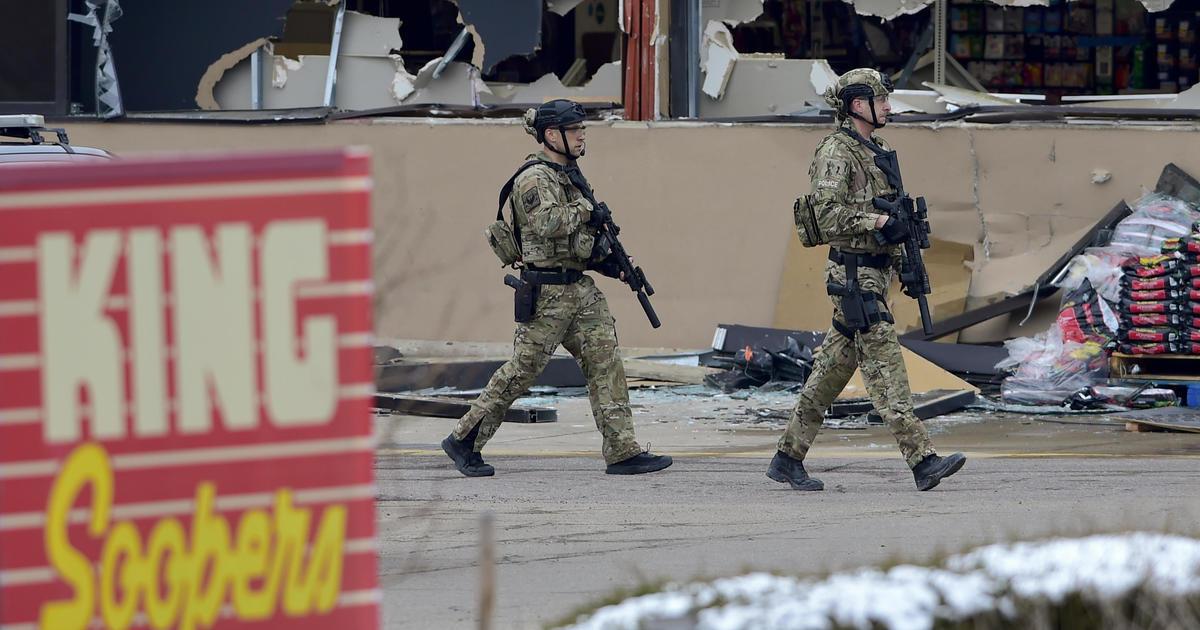 Live Updates: Polisi menggantikan pengambilan gambar massal Colorado yang mematikan thumbnail