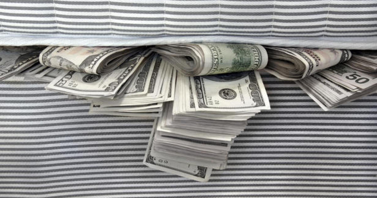 Mutual fund managers stashing cash, and other MoneyWatch headlines